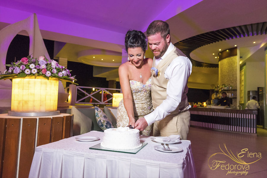 cutting wedding cake isla mujeres