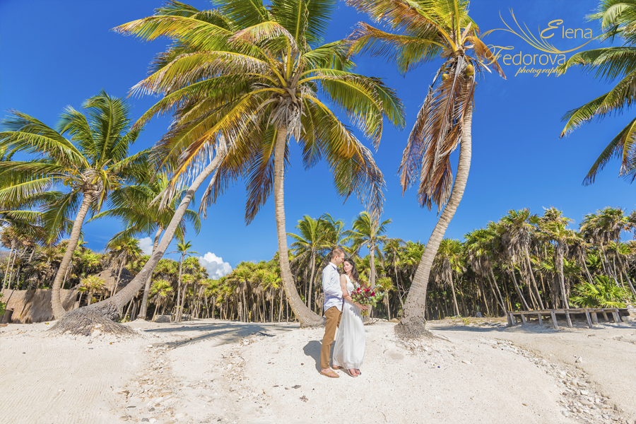 couple behind palmtree photo Isla Mujeres
